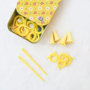 Caja metálica con marcadores y agujas laneras