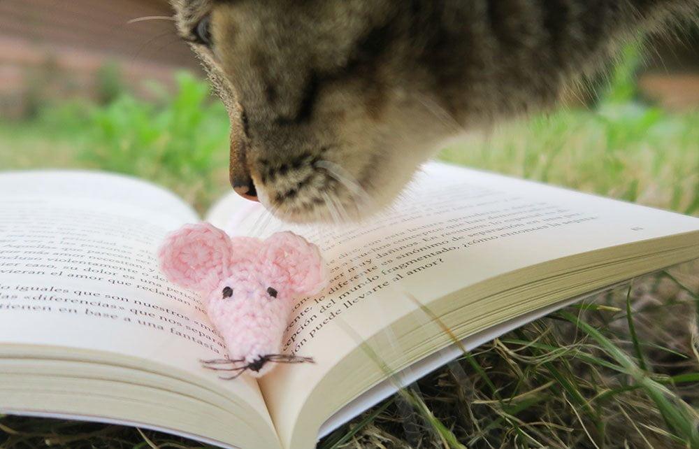 Ratón marcapáginas de ganchillo