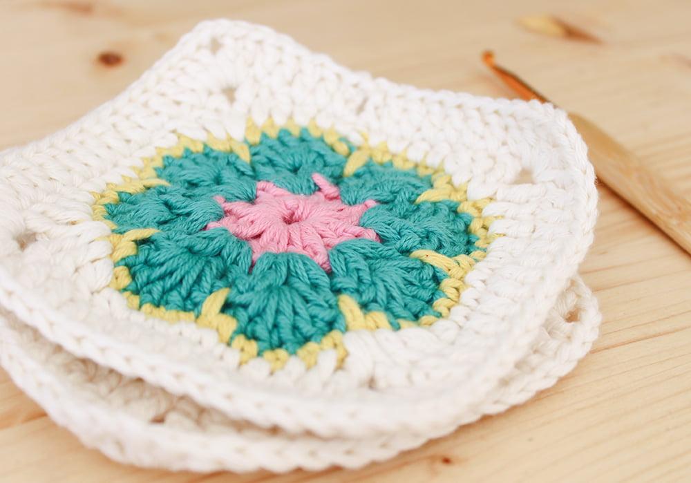 Cómo hacer un cuadrado con flor africana en ganchillo | Bluü