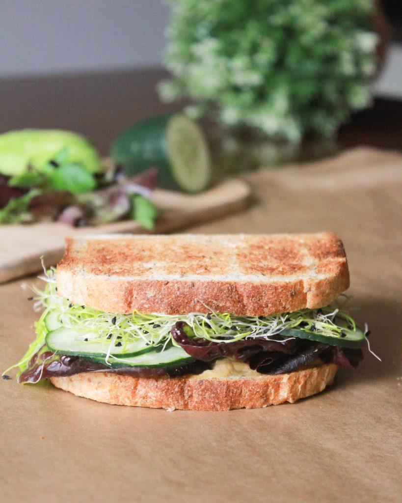 sándwich vegetariano de hummus y pepino
