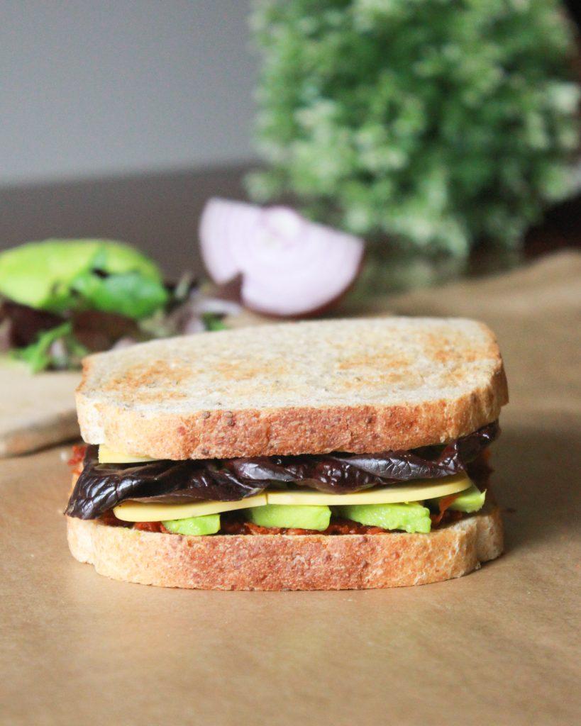 sándwich vegetariano de aguacate y tomate